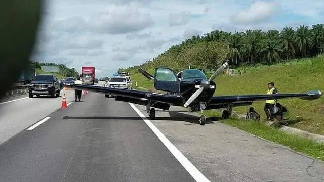 新加坡一架小型飞机引擎故障,紧急迫降马来西亚柔佛古来南北大道
