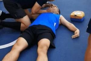 新加坡体育场里,一名男子突然休克,停止呼吸