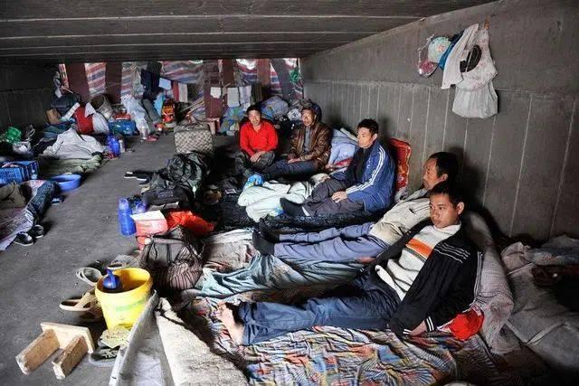 """""""蜗居""""在新加坡的中国工人,为什么不愿意回来工作?原因很现实"""