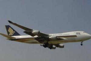 新航货机降落后发现机身受损 机身洞孔直径大至50厘米