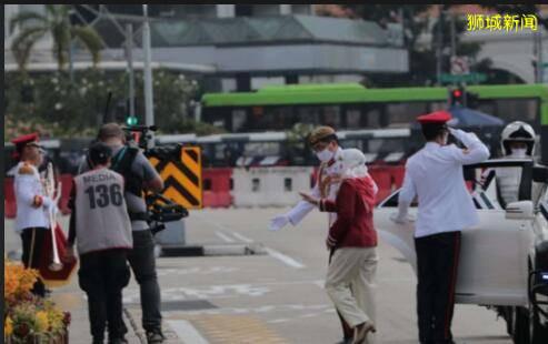 新加坡医护人员乘战车游行,他们担得起这份特殊的礼遇