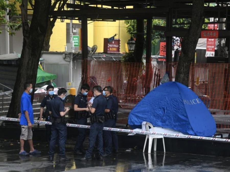 新加坡牛车水大厦外七旬老人卧尸树下