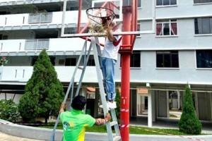"""民众违例群聚运动,新加坡当局见招拆招,""""你打球,我拆篮框"""""""