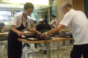 新加坡为什么这么多老年人在街头卖纸巾?每个月卖多少钱才能养活自己
