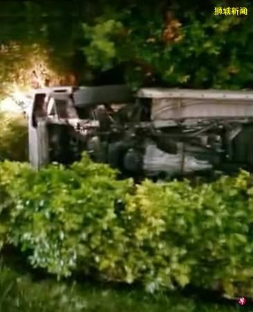 2男疑飙车害人 小货车被撞 侧翻冲入草丛