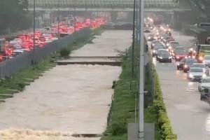 昨天!新加坡遭40年来最强暴雨袭击,全岛多处被洪水淹没,驾车犹如水中行船