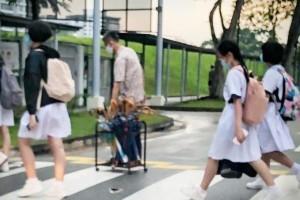不让学生淋雨 南华中学校务经理雨天供伞