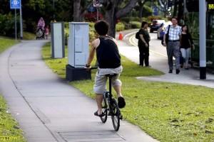 你知道人行道骑脚车最多只能10km/h吗?不然罚 $300