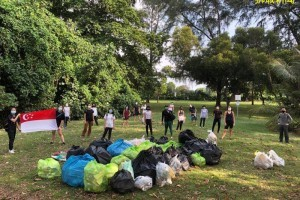 女经理海滩捡垃圾  感召1700人加入