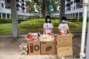 新加坡父母带孩子免费发食物,网民:最好的示范