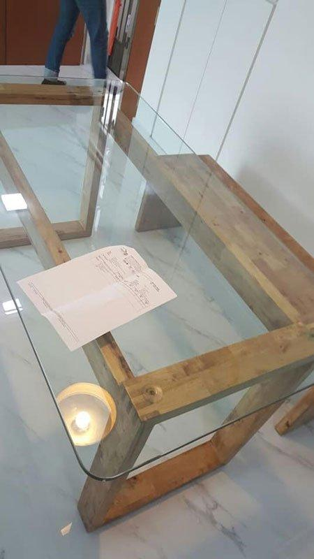 """家具商:对方使用不当 """"玻璃桌面不可放置高温物品"""""""