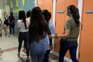 私营卡拉OK疑暗中复业 警方突检捕12男女