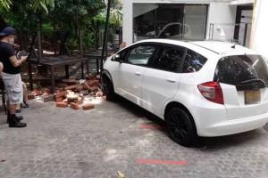 启动汽车时失控 女司机撞毁餐馆墙