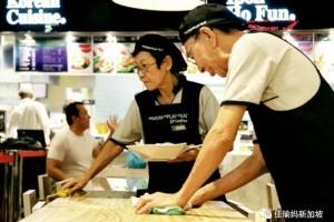 70岁还要去食阁端盘子?深扒新移民在新加坡如何养老