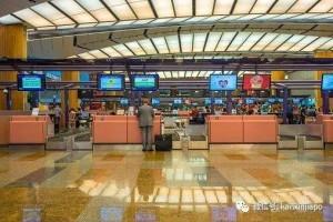 收6包香烟后允许乘客托运超重行李,樟宜机场职员被判监禁