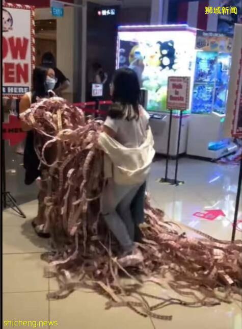 """新加坡妹纸玩游戏有多疯狂?游戏票根如""""老树盘根""""太多了"""