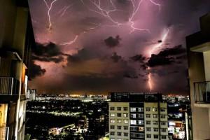 雷电、大雨来袭!新加坡未来两周将持续闷热潮湿天气